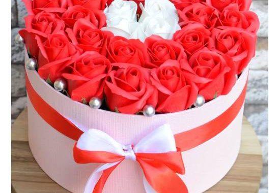Buchete trandafiri de sapun sau trandafiri din sapun in cutie? Care cadou are impact mai mare
